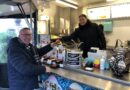 Marktkoopman Dicky na 50 jaar nu zelf klant op de Albert Cuyp