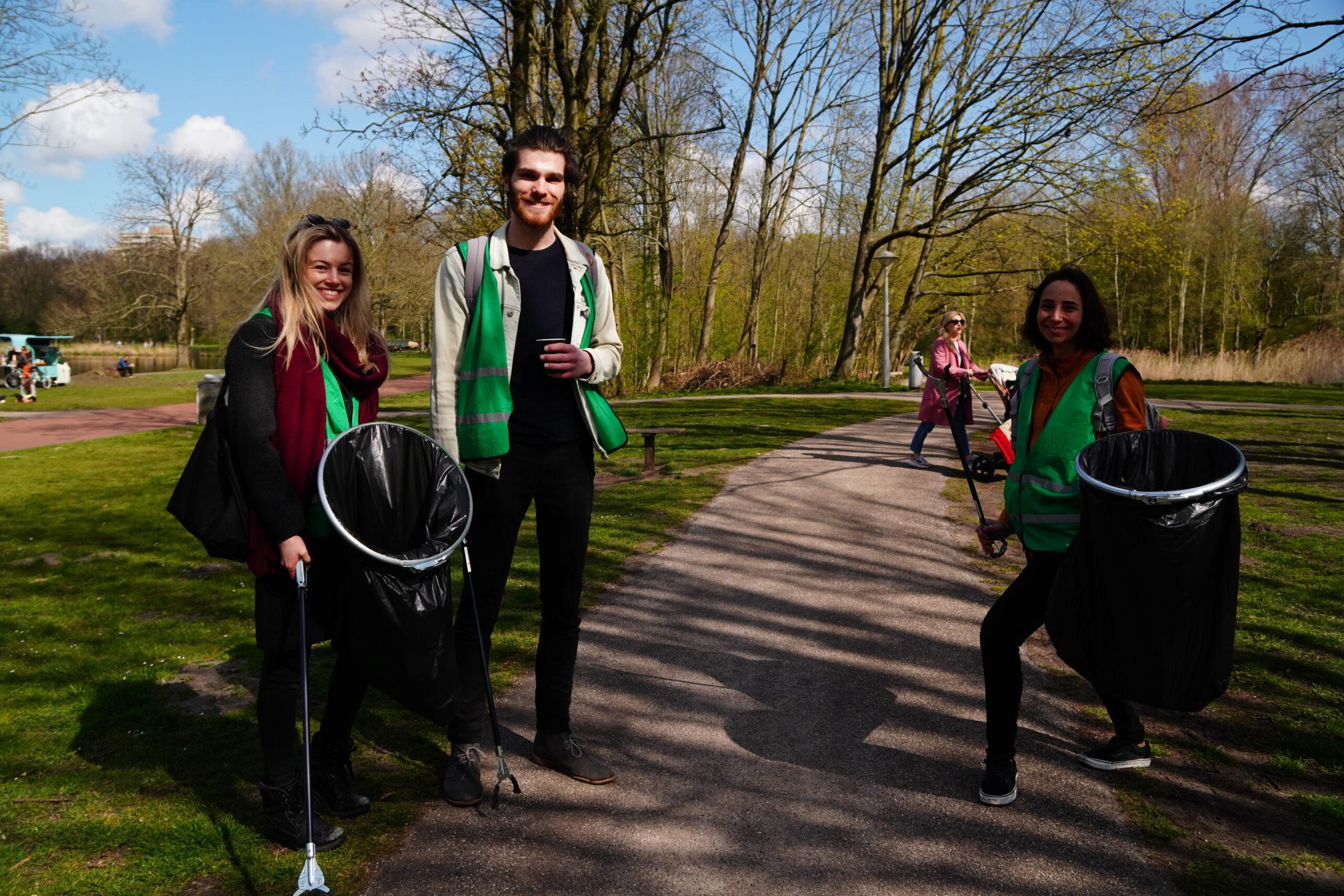 Serve the City vrijwilligers vroeg uit de veren voor een schoon Vondelpark!